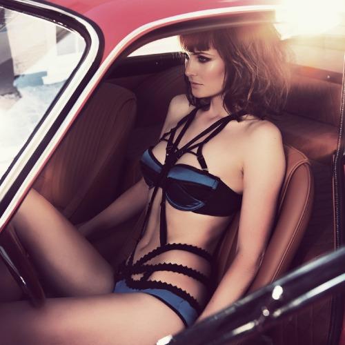 Easton noir modèle féminin érotique